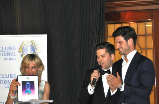El padrino del acto, Aitor Ocio, junto a los presentadores Borja Elorza y Susana Porras