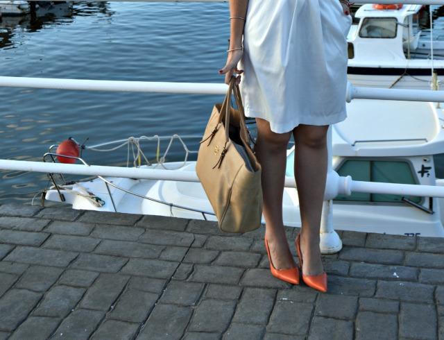 Bolso Carolina Herrera CH Vestido Blanco El Corte Inglés Zapatos Coral Zara Collar Coral Primark