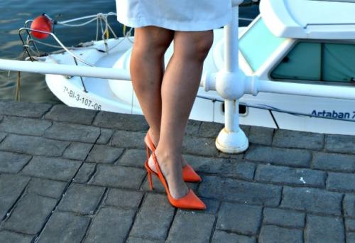 Detalle Zapatos Coral rojo zara vestido blanco el corte inglés