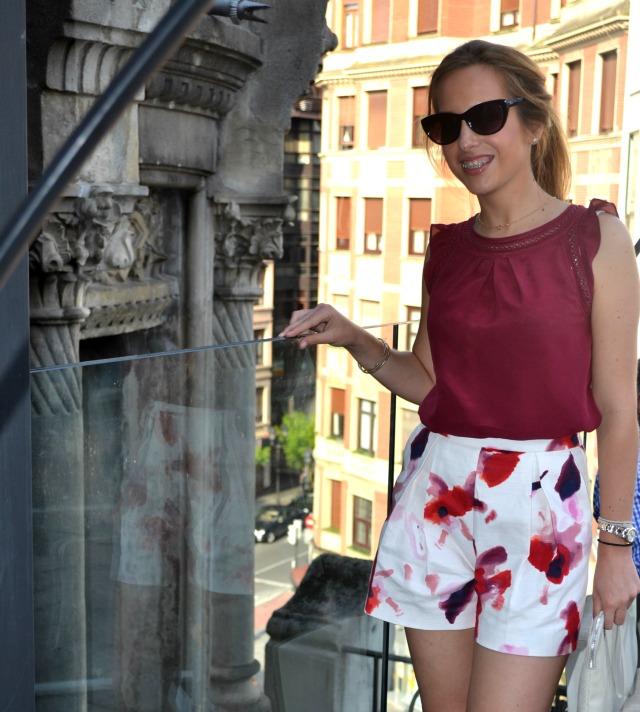 Shorts Flores rojos granates zara terraza alhóndiga 2