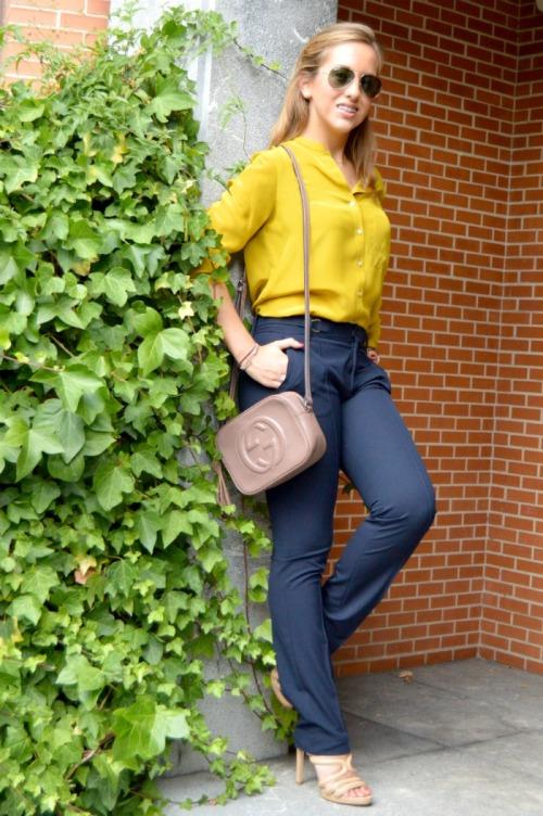 Camisa de seda mostaza pantalón detalle dorado bolso boho gucci color topo sandalias beige zara