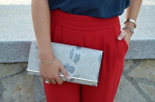 pantalón rojo mango, camisa azul seda, zapatos serpiente animal print, gafas de sol fashion moda
