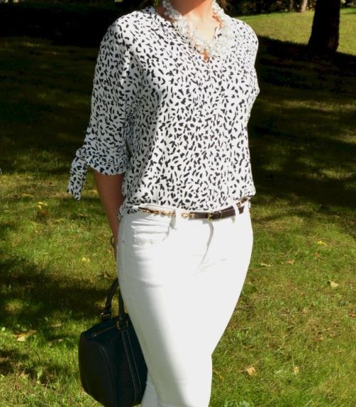 Pantalon blanco camiseta blusa estampada blanco y negro zara bolso verde carolina herrera