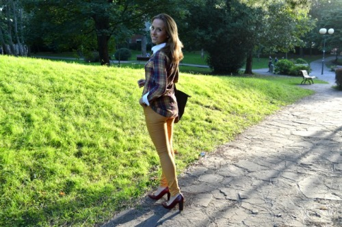 pantalon mostaza stradivarius zapatos tacón grante uterqüe camisa cuadros el ganso amarillo rojo granate mostaza bolso longchamp verde oscuro asa corta