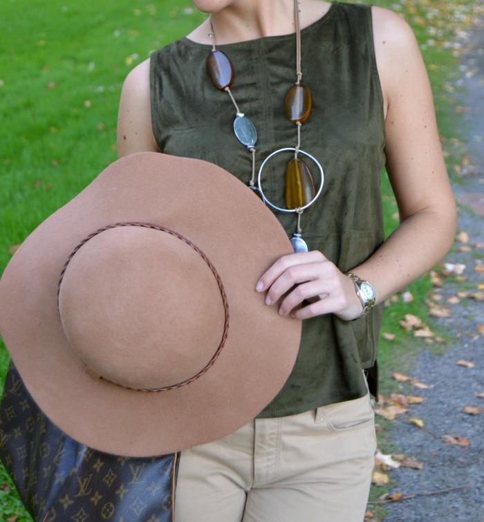 look ototño colores tierra camiseta ante verde stradivarius pantalon beige massimo dutti zapatos destalonados zara naranjas sombrero massimo dutti collar day a day