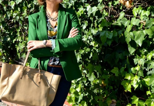 camiseta zara colores traje oficina blazer verde pantalón azul bolso carolina herrera