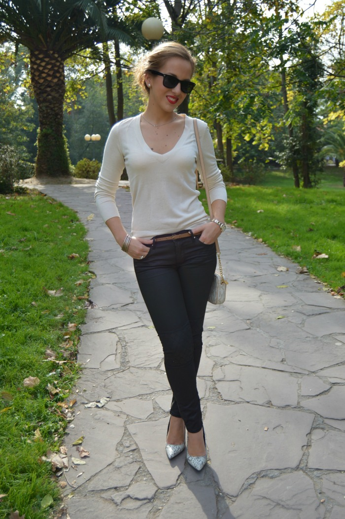 Black and white blanco y negro jersey blanco cashmere massimo dutti pantalones negros moteros h&m zapatos snake print piton mango collar aristocrazy bolso michael kors