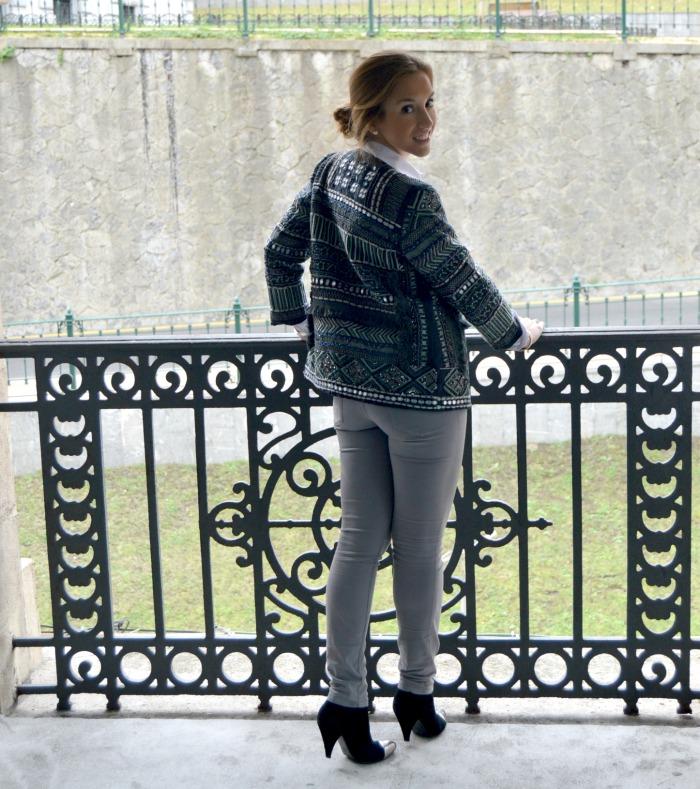 chaqueta étnica abalorios espejos zara pantalon gris massimo dutti camisa blanca massimo dutti botines negros ante bimba y lola bilbao bizkaia moda blog