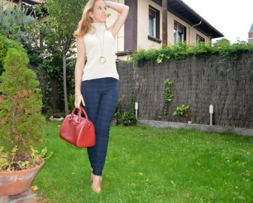pantalon cuadros escoceses zara jersey cuello vuelto beige zapatos beige mango bolso granate bimba y lola
