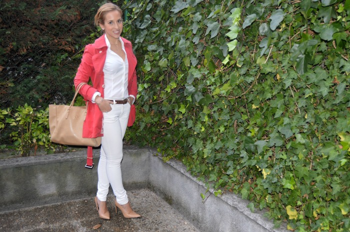Trench rojo carolina herrera pantalón blanco camisa blanca bolso beige zapatos tacón beige mango