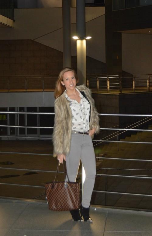 Camisa Elefantes Zara chaqueta pelo zara pantalones grises massimo dutti bolso Neverful Louis Vuitton damero Botines negros bimba y lola look tarde de invierno