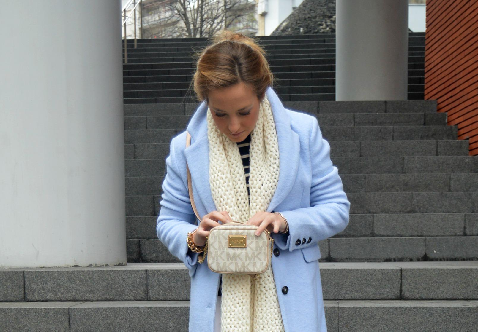 Abrigo azul lana bershka camiseta marinera azul marino pantalones blancos look invierno botas grises look claro bolso michael kors