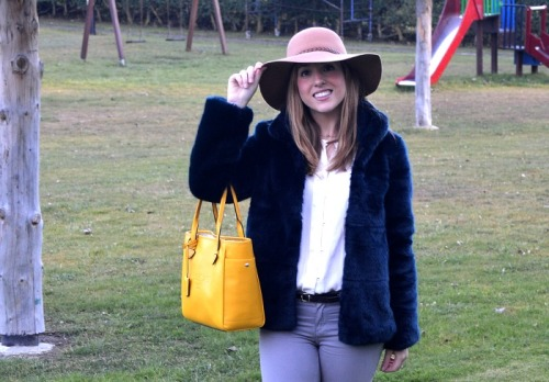 Abrigo pelo azul zara pantalones beige Massimo Dutti botas grises de zara bolso amarillo Loewe sombrero fedora fieltro beige massimo dutti