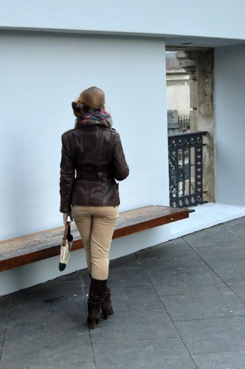 Chaqueta cuero marrón belstaff pantalón beige bufamanta zara bolso CH carolina herrera chica bilbao fashion look
