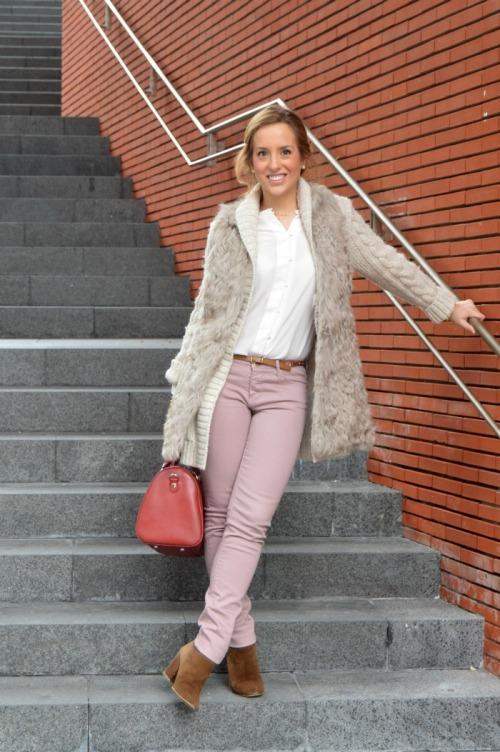 Pantalon malva Massimo Dutti Chaleco pelo beige Jersey punto beige Camisa blanca Massimo Dutti Bolso granate bimba y lola botines ante marrón