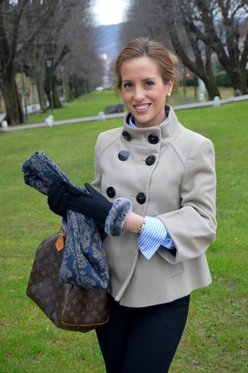 look oficina pantalon traje negro camisa rayas azules gemelo Massimo Dutti Bolso Speedy Louis Vuitton Botines negros bimba y lola