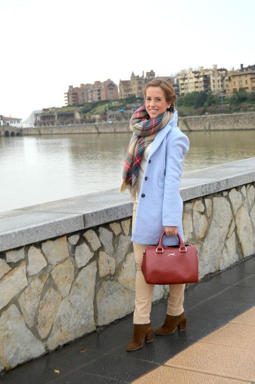 cómo combinar abrigo azul clarito bolso granate azul claro bebé bufamanta zara pantalon beige zara bershka bimba y lola