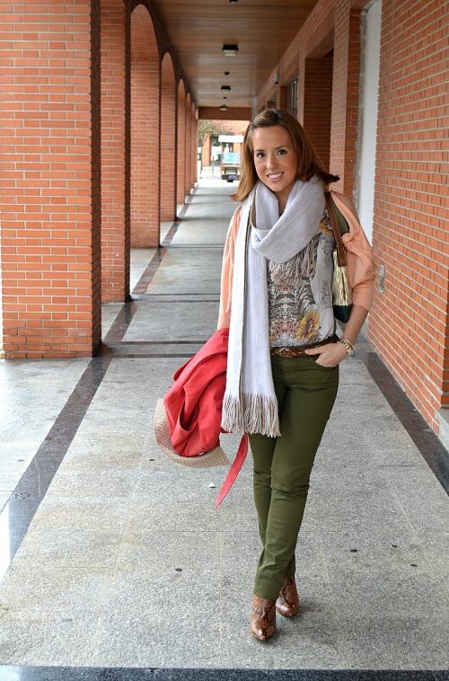 Pantalón verde militar botines serpiente zara gabardina trench carolina Herrerajersey melocotón camiseta estampada look comida familiar