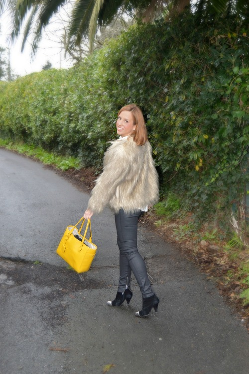 bolso amarillo heritage loewe camisa libelulas zara pantalon motero negro abrigo de pelo chaqueta de pelo look fin de semana cómo vestir