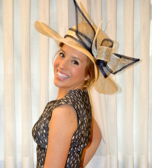 Pamela Sinamay natural con lazo azulmarino y blanco para vestido puntos topos azul marino y crudo boda evento día ceremonia madrina look