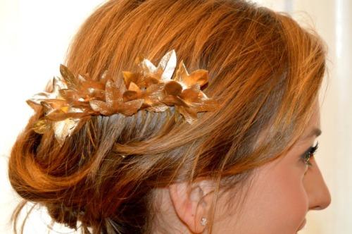 Peineta dorada para vestido coral tocado boda de noche estilo griego hojas de hiedra detalle decoración boda
