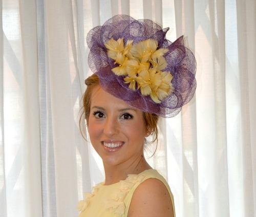 Tocado flores de plumas amarilo y morado vestido amarillo boda de día evento ceremonia celebración look