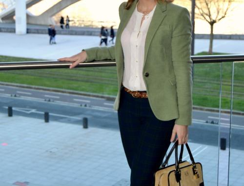 Vestir de traje para la oficina blazer chaqueta verde claro terciopelo pantalón cuadros amazona loewe ante beige look ideas fashion