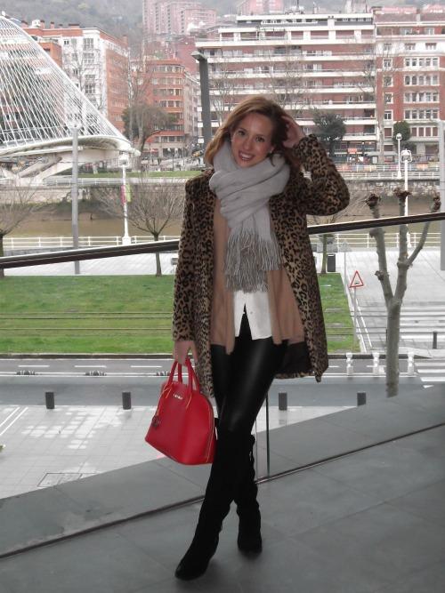 abrigo leopardo pantalon vinilo cuero negro camisa blanca bolso rojo armani jeans botas mosqueteras negras ante
