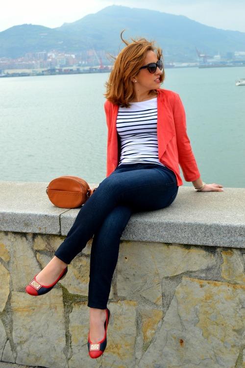 Chaqueta ante roja bershka pantalón vaquero azul marino calvin klein camiseta rayas marineras bailarinas carolina herrera