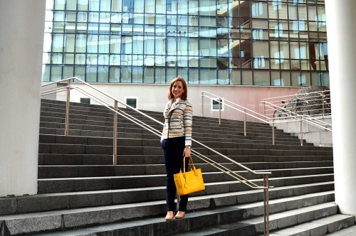 Cómo ir vestida a la oficina ideas traje blazer chaqueta look workinglook rayas marineras bolso amarillo pantalón azul marino