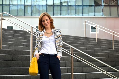 Como ir vestida a la oficina ideas traje blazer chaqueta look workinglook rayas marineras bolso amarillo pantalon azul marino