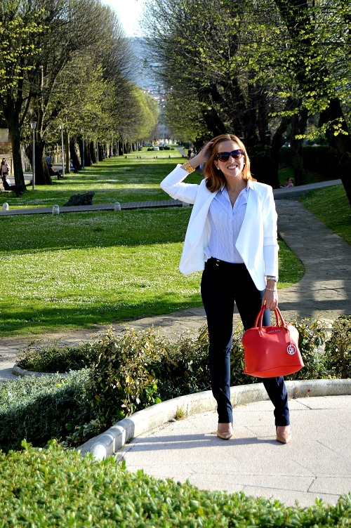 traje working look chaqueta blazer blanca camisa rayas bolso rojo armani pantalón azul marino traje look navy marinero