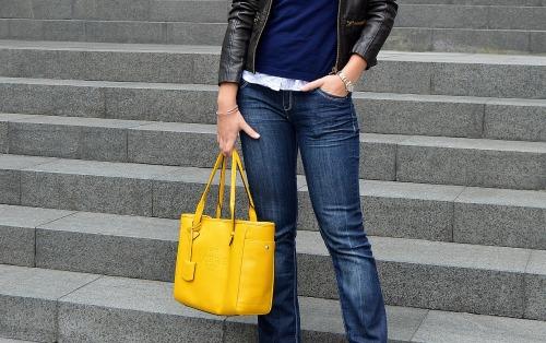 chaqueta de cuero pantalones vaqueros campana bolso amarillo loewe heritage statement necklace